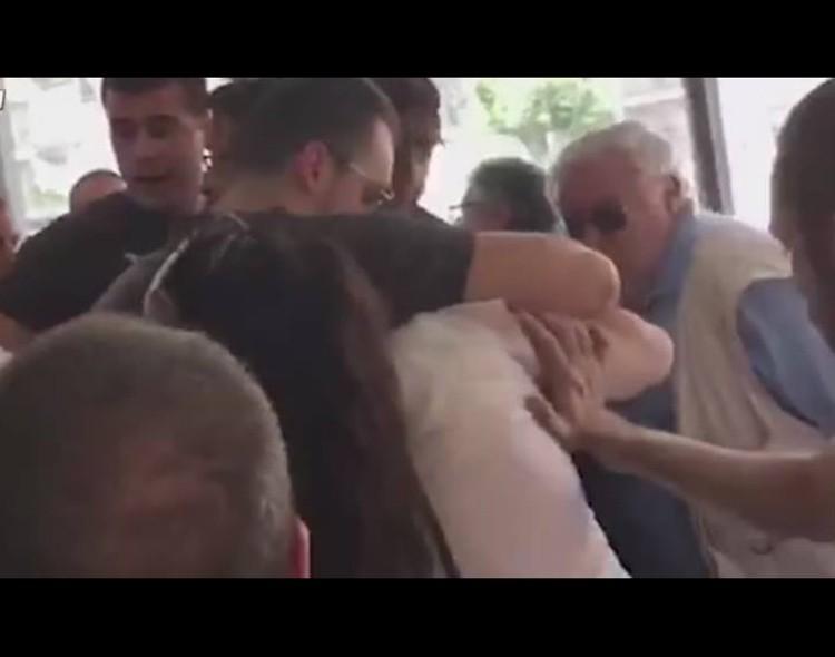 Vučićevi batinaši fizički nasrnuli na novinare i građane